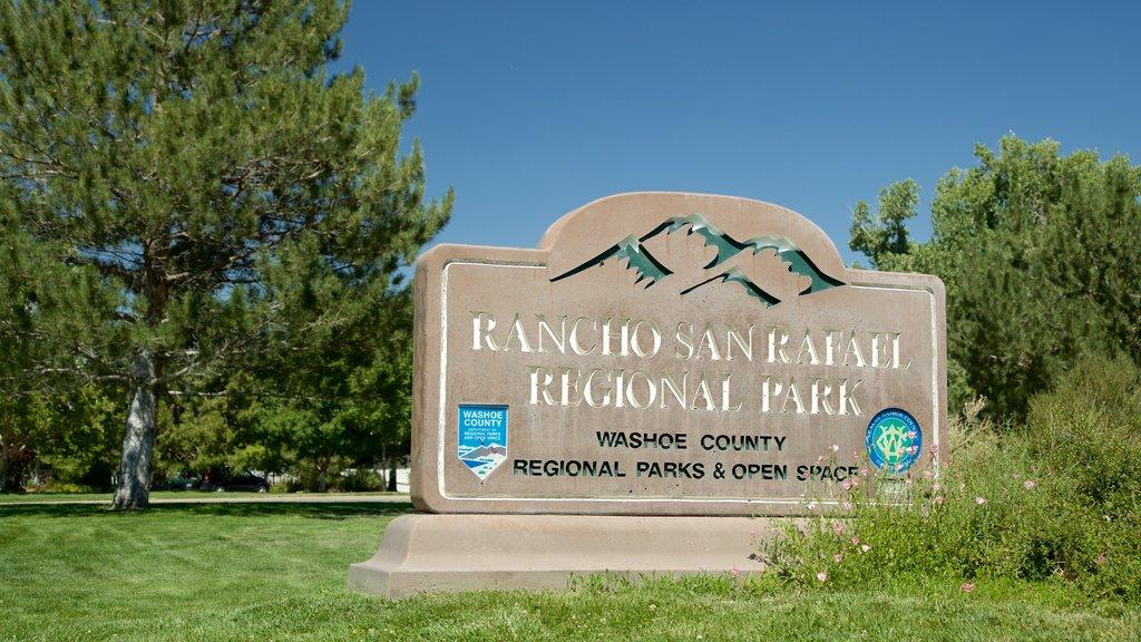 Rancho San Rafael Park que incluye un jardín y señalización