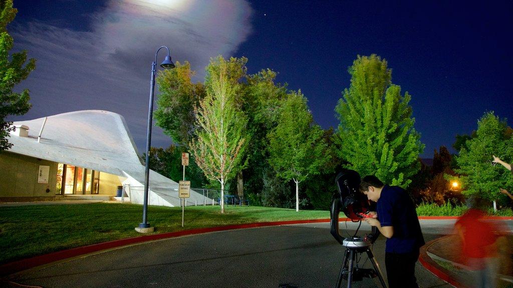 Fleischmann Planetarium and Science Center ofreciendo escenas nocturnas y también un hombre