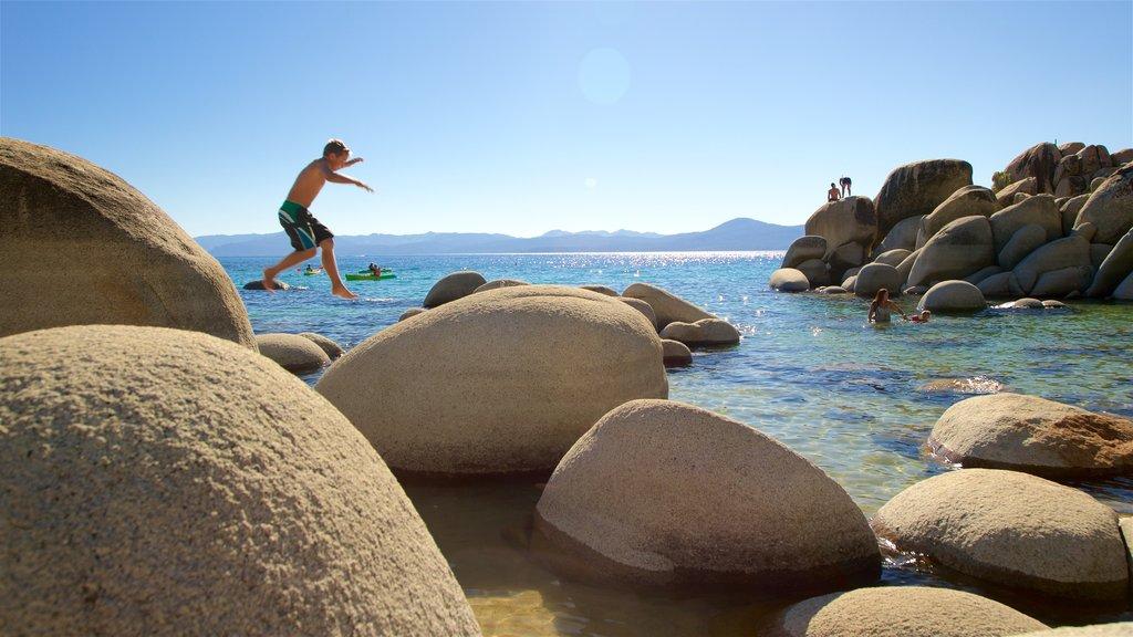 Parque Sand Harbor que incluye vistas generales de la costa y costa escarpada y también un niño