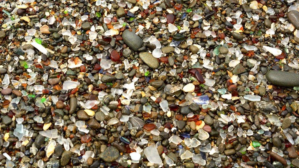 Glass Beach showing a pebble beach