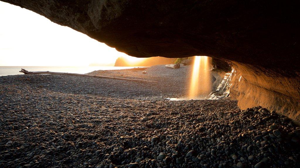 Sooke ofreciendo una playa de guijarros y una puesta de sol