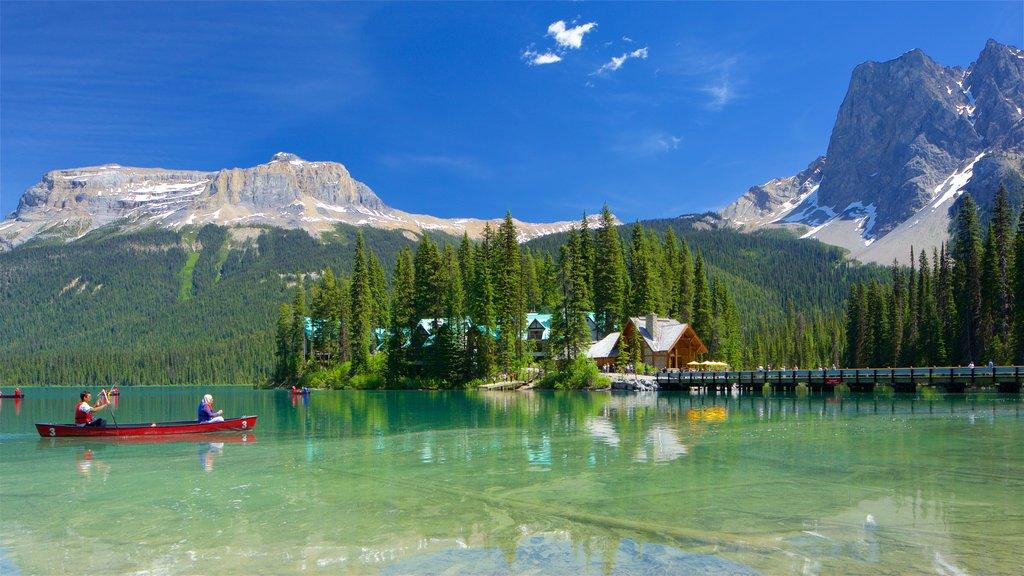 Yoho National Park mostrando escenas tranquilas, montañas y kayak o canoa