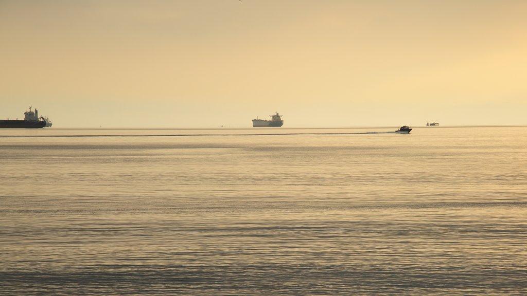 Ambleside Park que incluye paseos en lancha, vistas generales de la costa y una puesta de sol