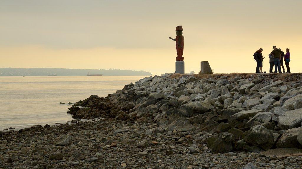 Ambleside Park ofreciendo vistas generales de la costa, una playa de guijarros y una puesta de sol