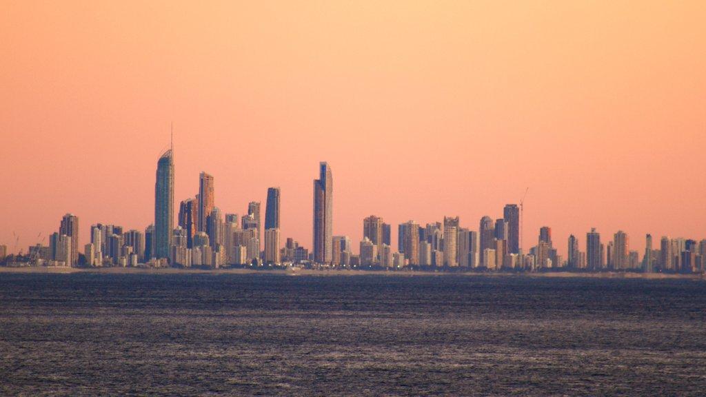 Coolangatta que incluye un edificio de gran altura, vistas generales de la costa y una ciudad