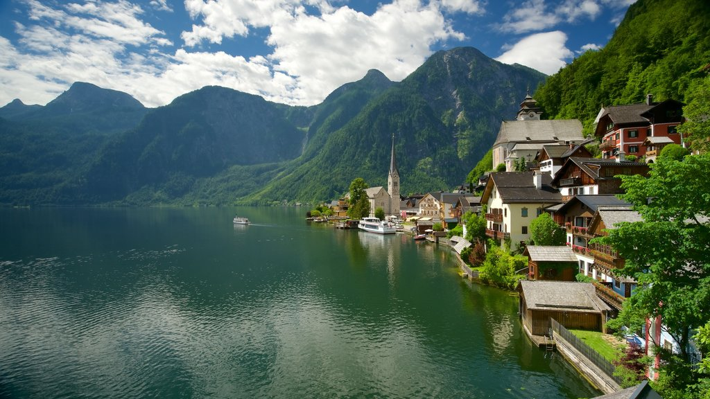 Hallstatt which includes heritage elements, a small town or village and mountains