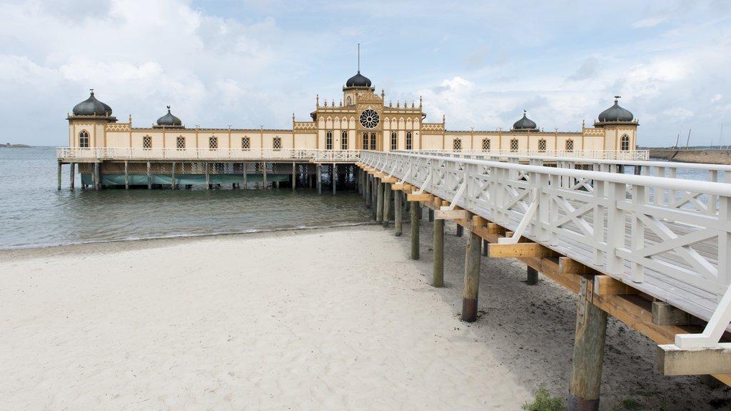 Varberg que incluye una playa de arena