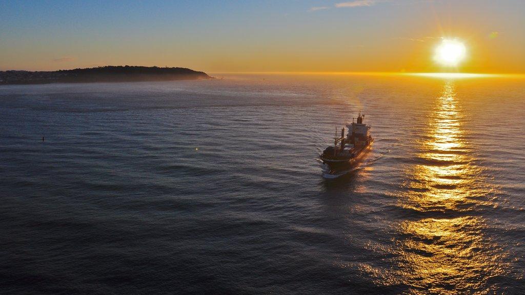 Puente Golden Gate que incluye vistas generales de la costa, una puesta de sol y vistas de paisajes
