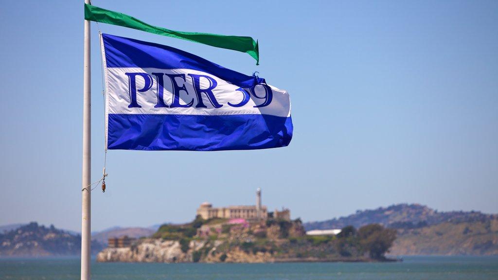 Pier 39 que incluye vistas de paisajes y señalización