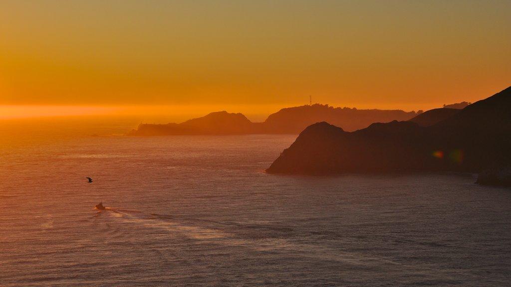 Parque Presidio of San Francisco mostrando paseos en lancha, costa escarpada y una bahía o puerto