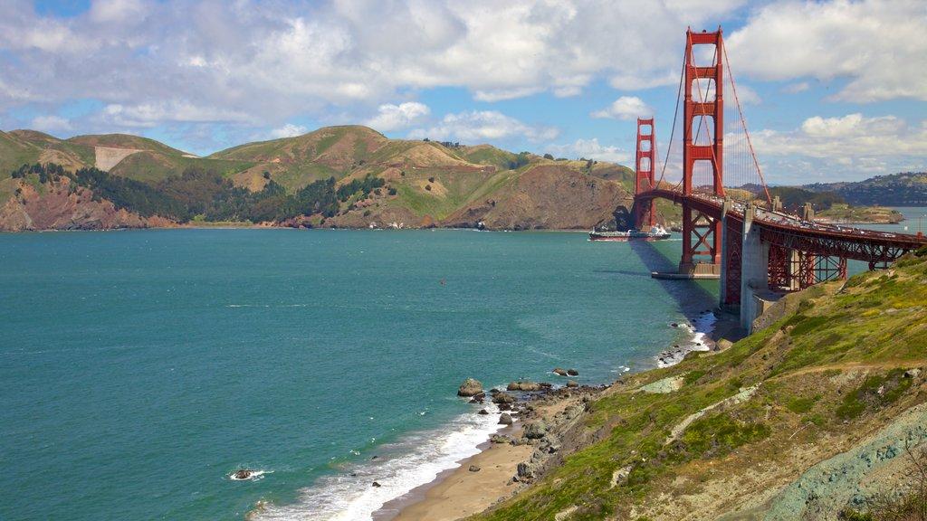 Parque Presidio of San Francisco mostrando vistas de paisajes y un puente
