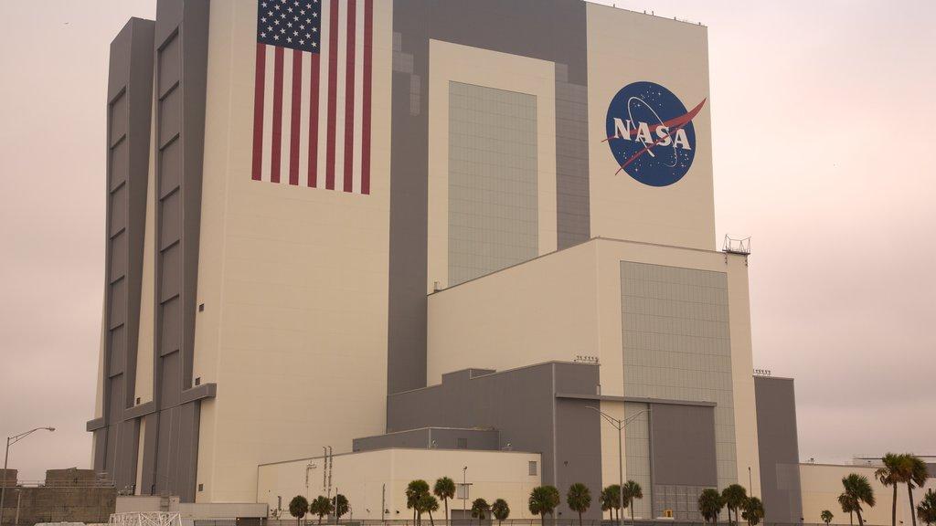Kennedy Space Center caracterizando arquitetura moderna, sinalização e uma cidade
