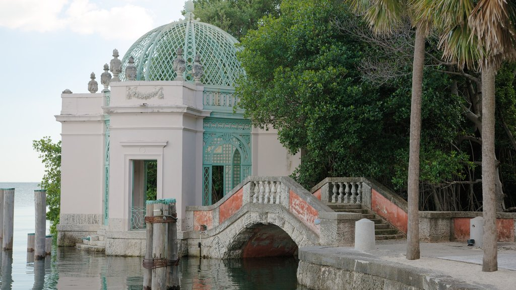 Vizcaya Museum and Gardens showing a garden