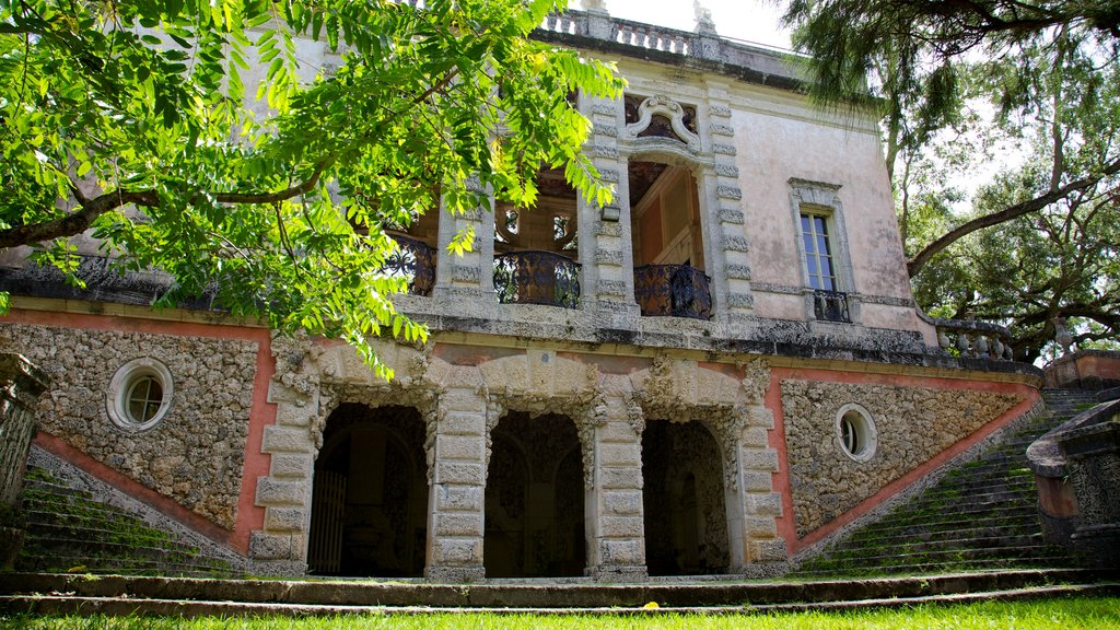 Vizcaya Museum and Gardens featuring heritage architecture