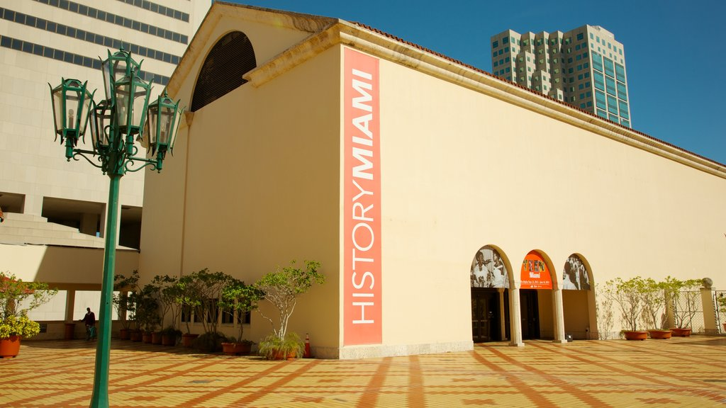Miami Art Museum featuring art and a city