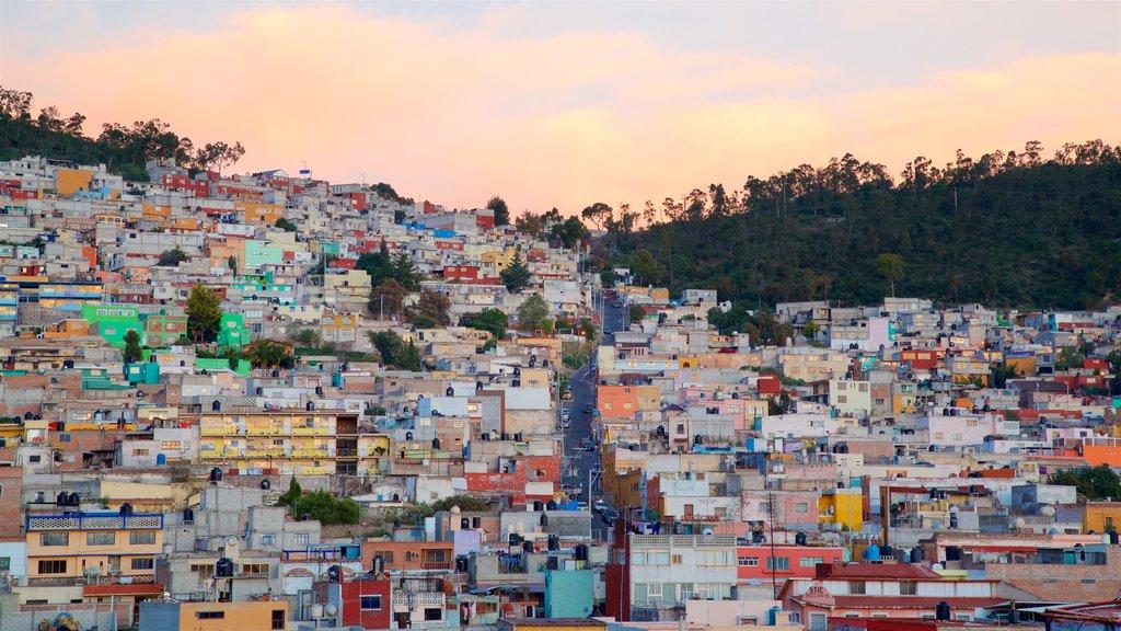 Pachuca ofreciendo una puesta de sol y una ciudad