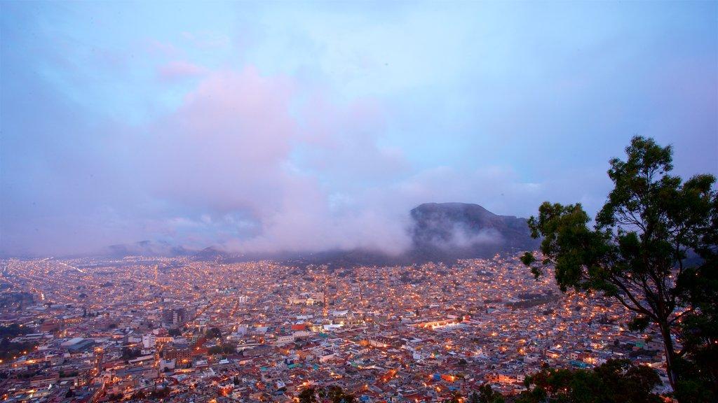 Pachuca ofreciendo neblina o niebla, escenas nocturnas y vistas de paisajes