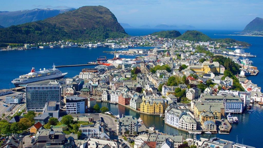 Alesund - More og Romsdal ofreciendo un río o arroyo y una ciudad