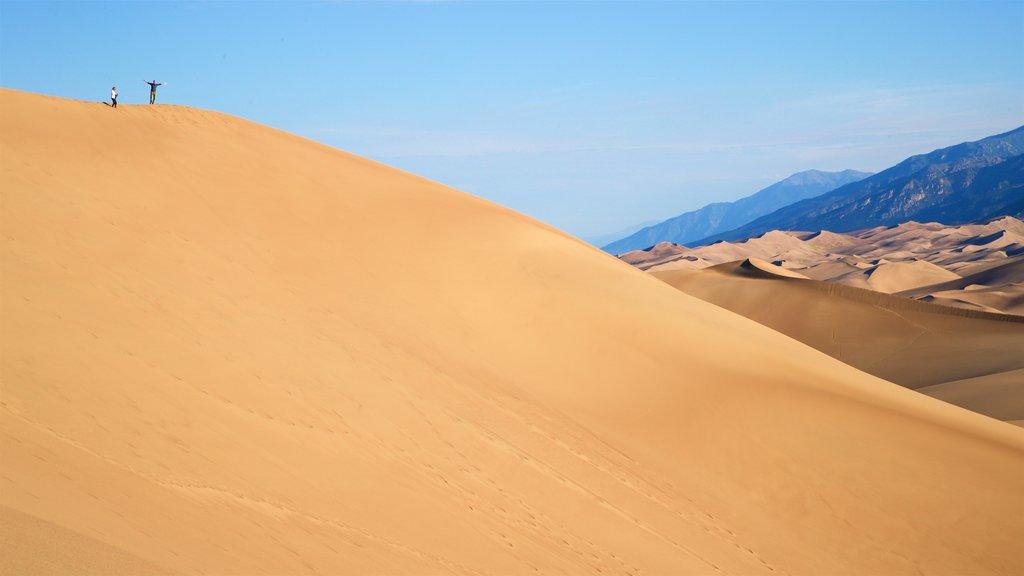 Parque Nacional Great Sand Dunes mostrando vistas de paisajes y vistas al desierto y también una pareja