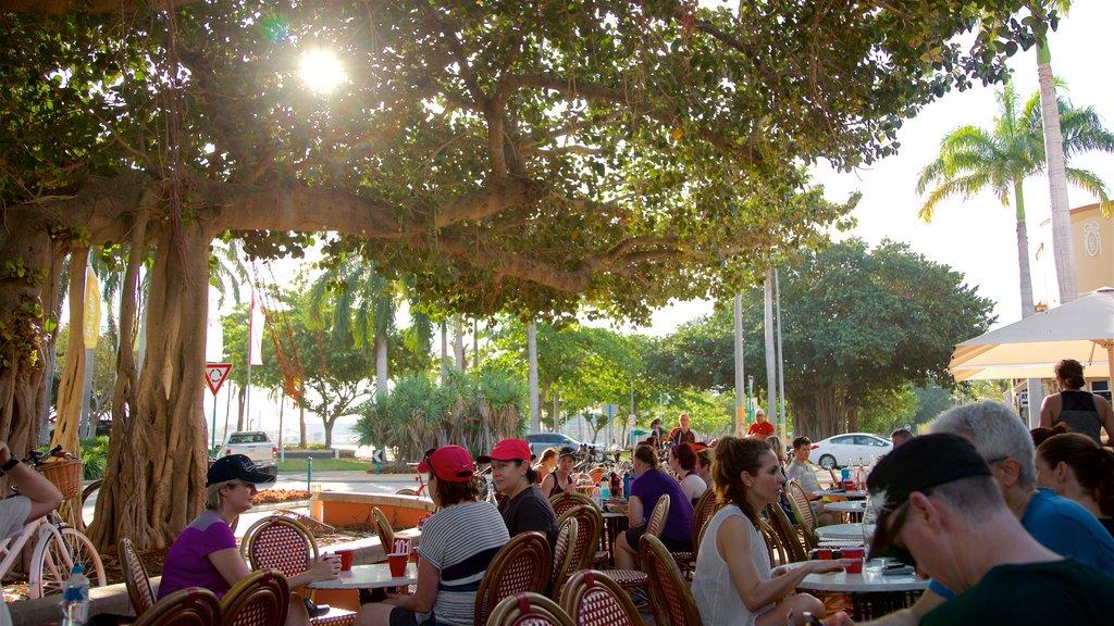 The Strand que incluye comer al aire libre y también un pequeño grupo de personas