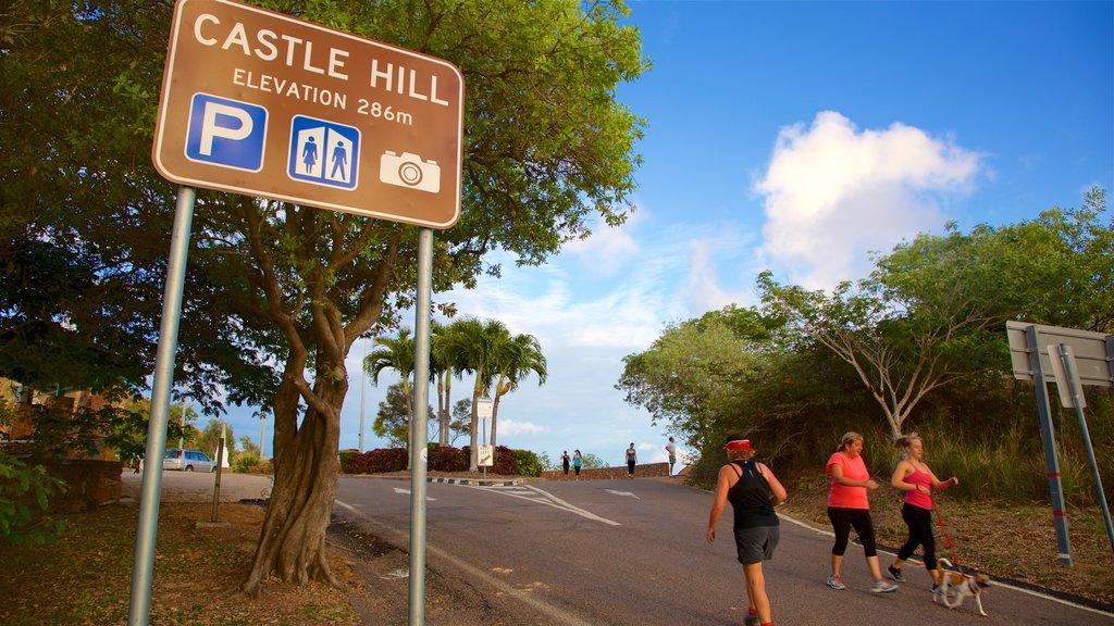 Castle Hill que incluye señalización y senderismo o caminata