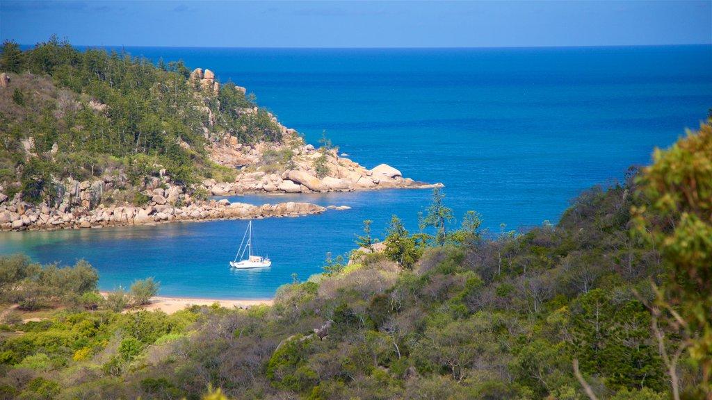 Parque Nacional Magnetic Island ofreciendo costa rocosa, vistas generales de la costa y una bahía o puerto