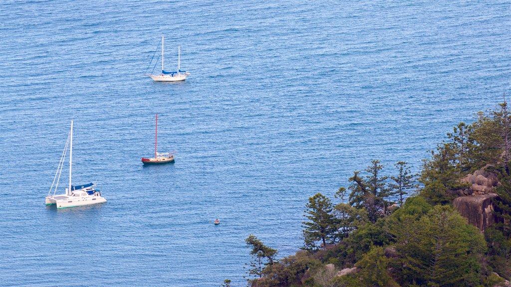 Parque Nacional Magnetic Island ofreciendo una bahía o puerto y vistas generales de la costa