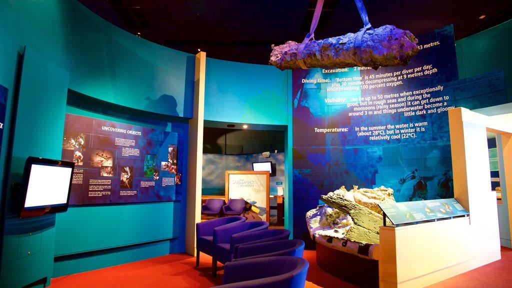Museum of Tropical Queensland que incluye vistas interiores
