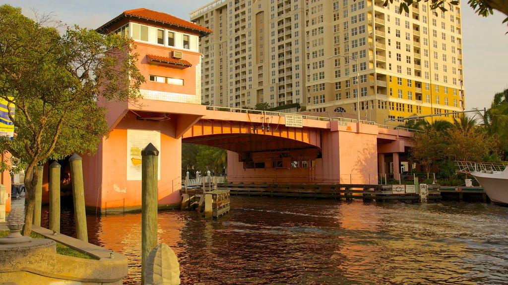 Riverwalk ofreciendo un río o arroyo y una ciudad