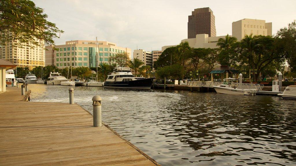 Riverwalk ofreciendo paseos en lancha, un río o arroyo y vistas de paisajes