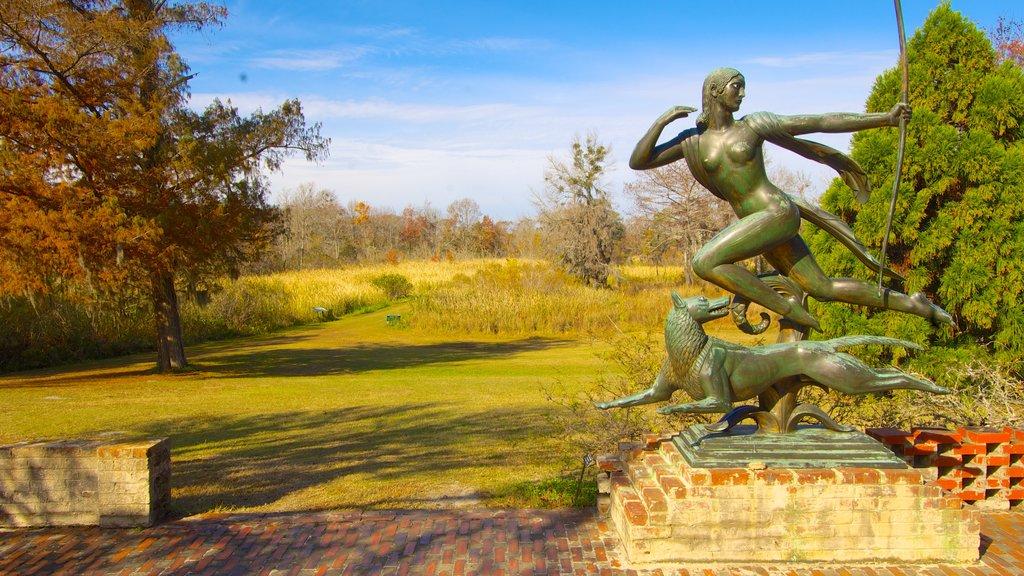 Brookgreen Gardens mostrando una estatua o escultura, vistas de paisajes y los colores del otoño