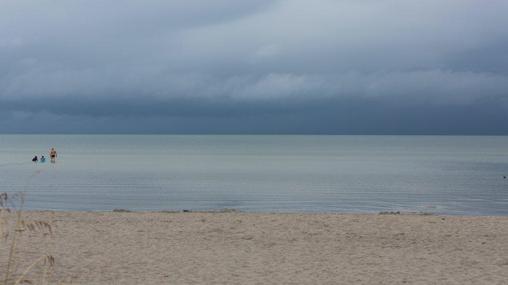 Kopingsvik que incluye vistas generales de la costa y una playa de arena