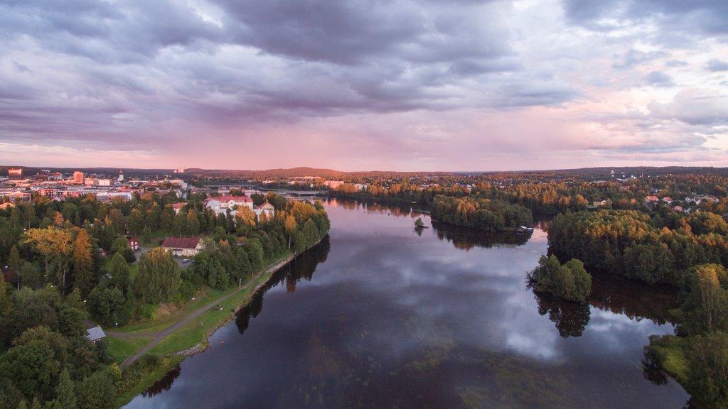 Skelleftea mostrando una puesta de sol, un río o arroyo y una ciudad