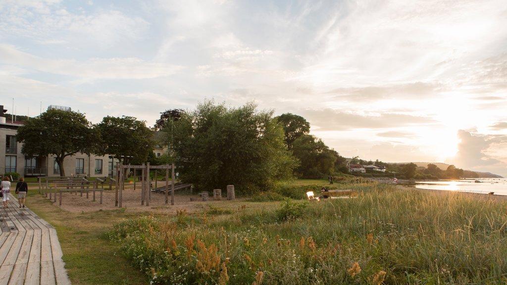 Bastad mostrando un parque, una puesta de sol y vistas generales de la costa