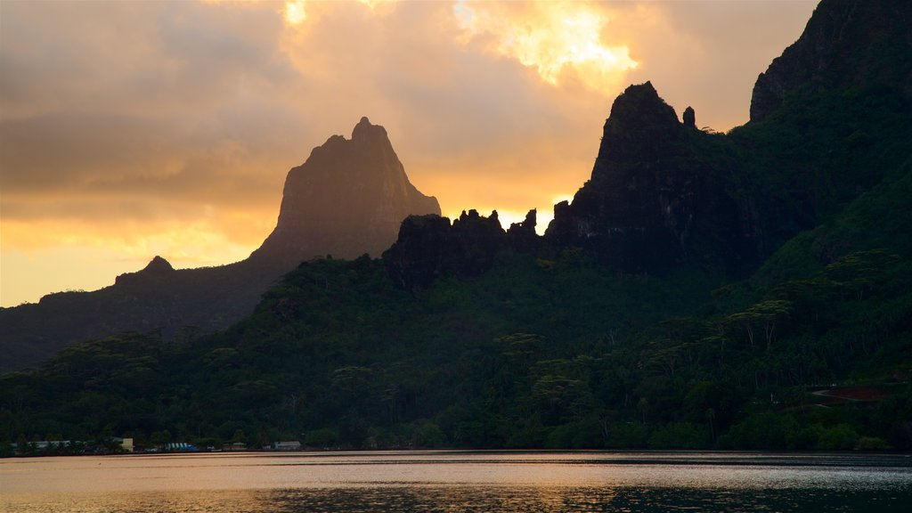 Moorea showing mountains and a sunset