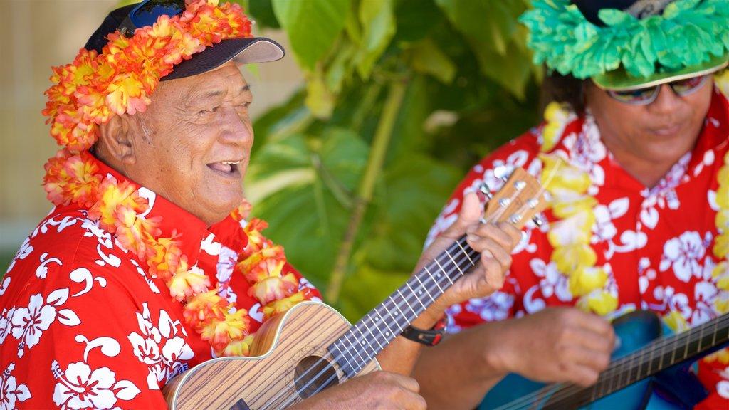 Bora Bora mostrando arte escénica y música y también un hombre