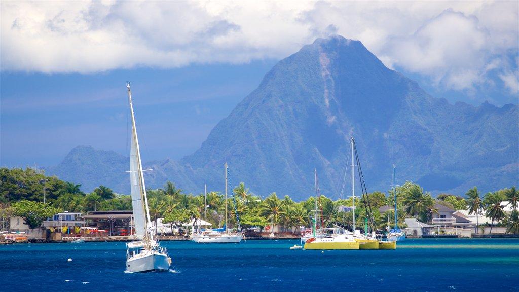 Tahití mostrando una bahía o puerto, montañas y escenas tropicales