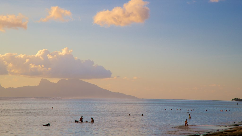 Tahití mostrando una puesta de sol, vistas generales de la costa y natación
