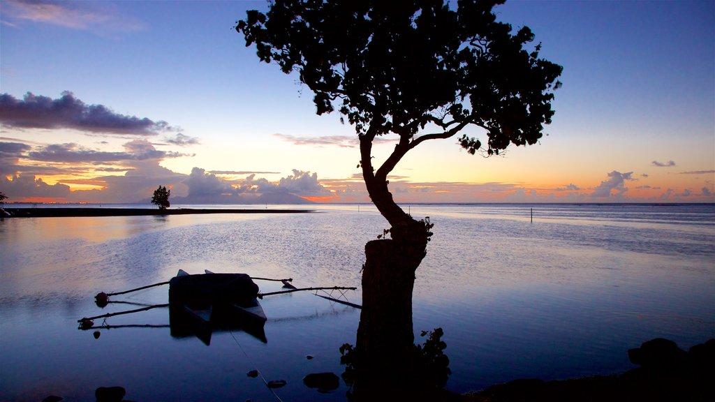 Mahina que incluye una puesta de sol y vistas generales de la costa