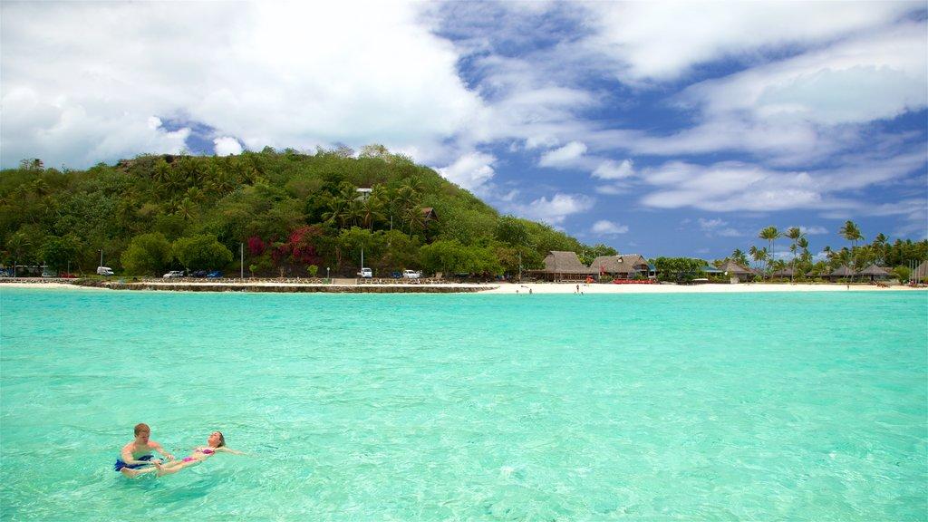 Playa Matira ofreciendo vistas generales de la costa, natación y escenas tropicales
