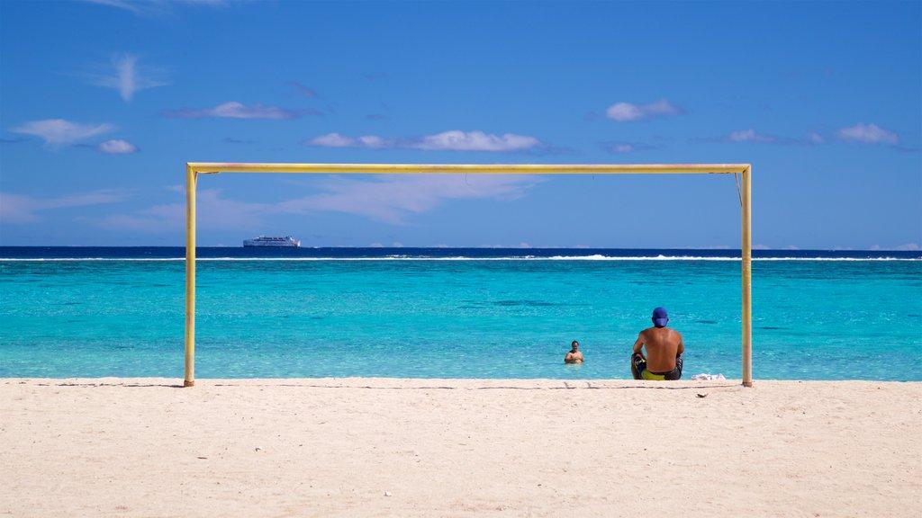Playa de Temae ofreciendo vistas generales de la costa y una playa y también un hombre