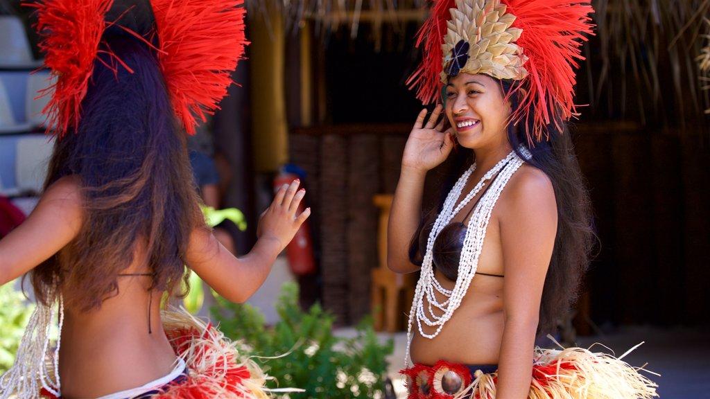 Centro cultural Tiki Village que incluye cultura indígena y arte escénica y también una mujer