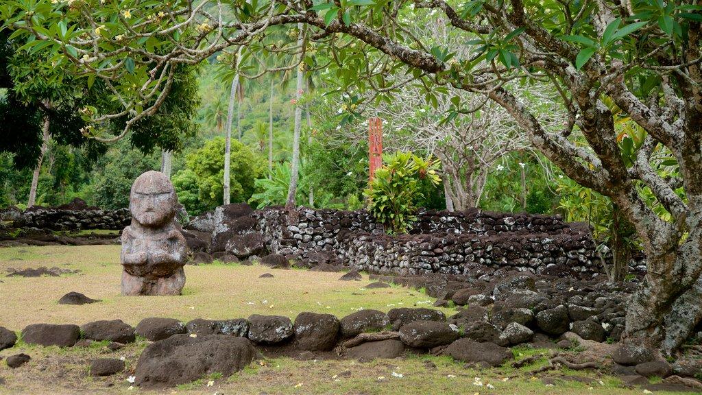 Templo Marae Arahurahu que incluye un jardín y cultura indígena
