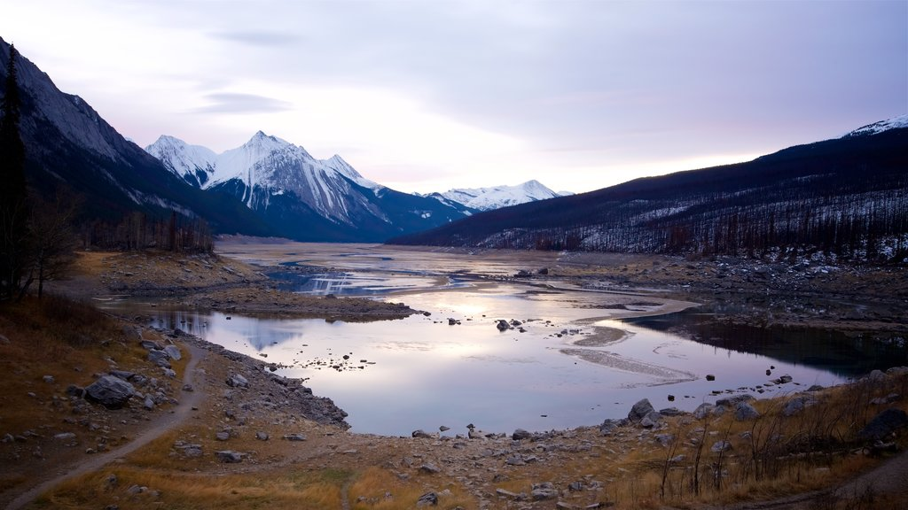 Medicine Lake showing mountains, tranquil scenes and a lake or waterhole