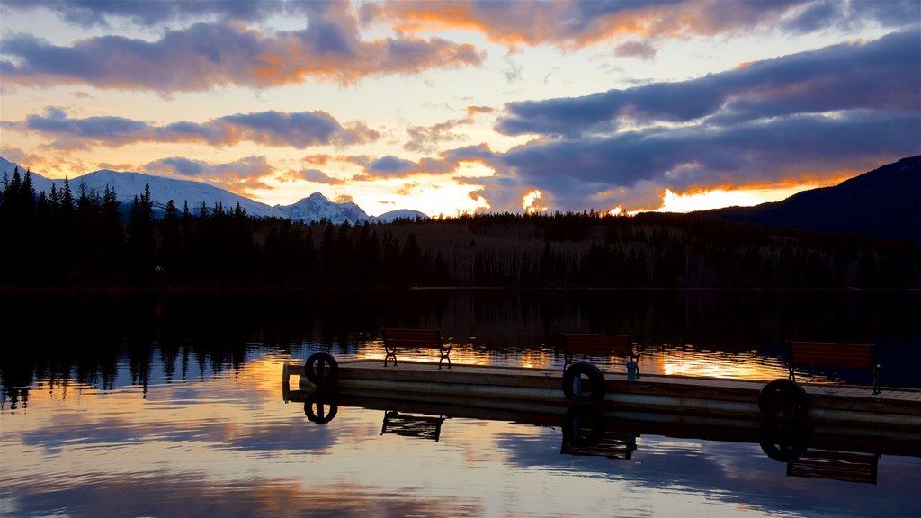 Pyramid Lake ofreciendo escenas tranquilas, un lago o abrevadero y una puesta de sol