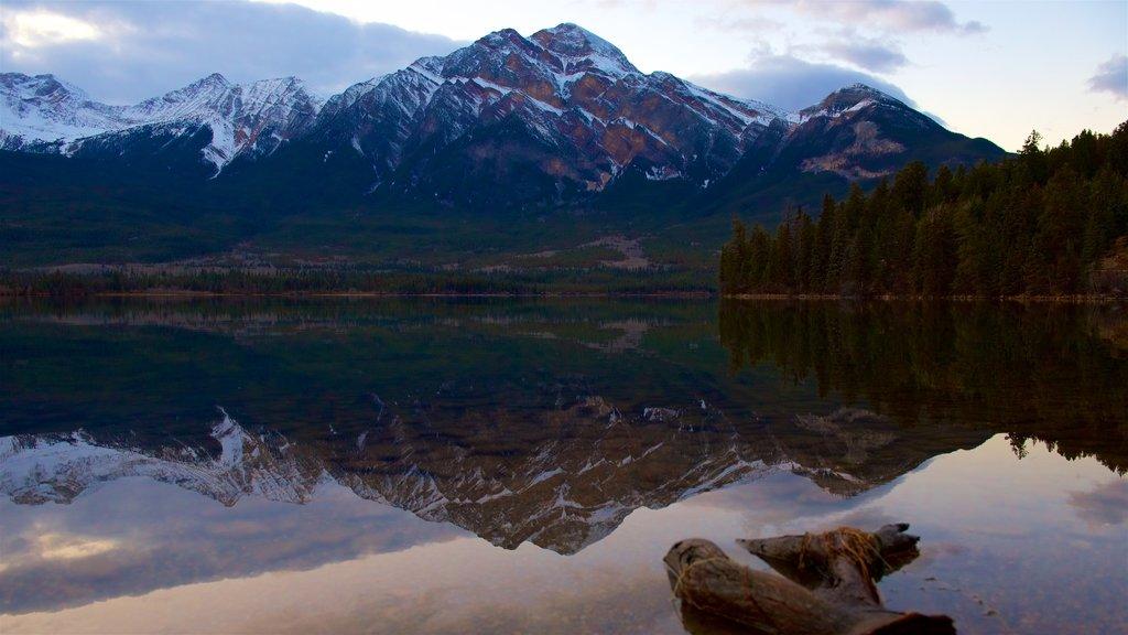 Pyramid Lake ofreciendo montañas y un lago o abrevadero