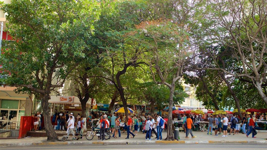 El Vedado que incluye mercados y también un gran grupo de personas