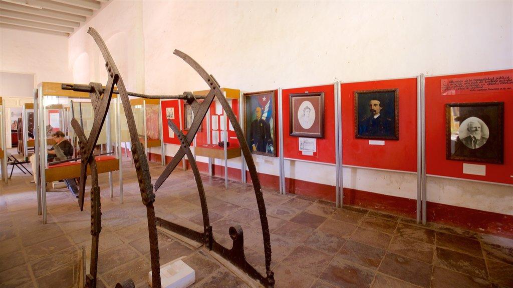 Trinidad que incluye vistas interiores y arte