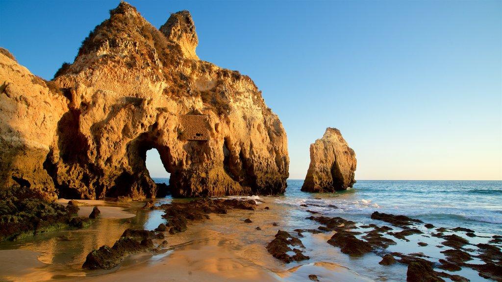 Playa Três Irmãos ofreciendo una puesta de sol, vistas generales de la costa y costa rocosa