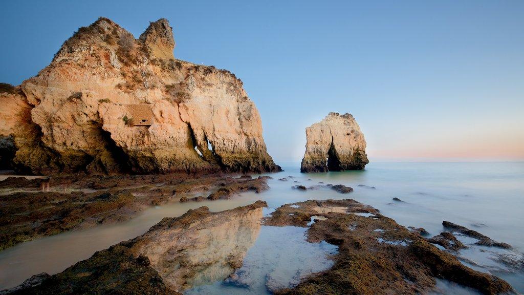 Playa Três Irmãos que incluye una playa, una puesta de sol y costa escarpada